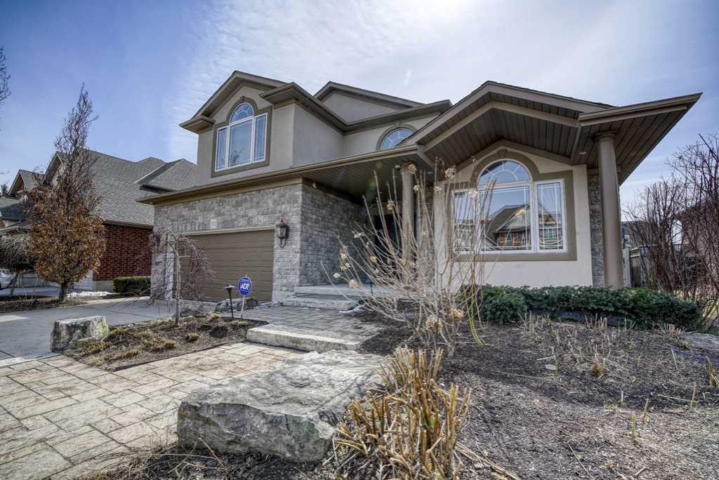 553 Falconridge Crescent